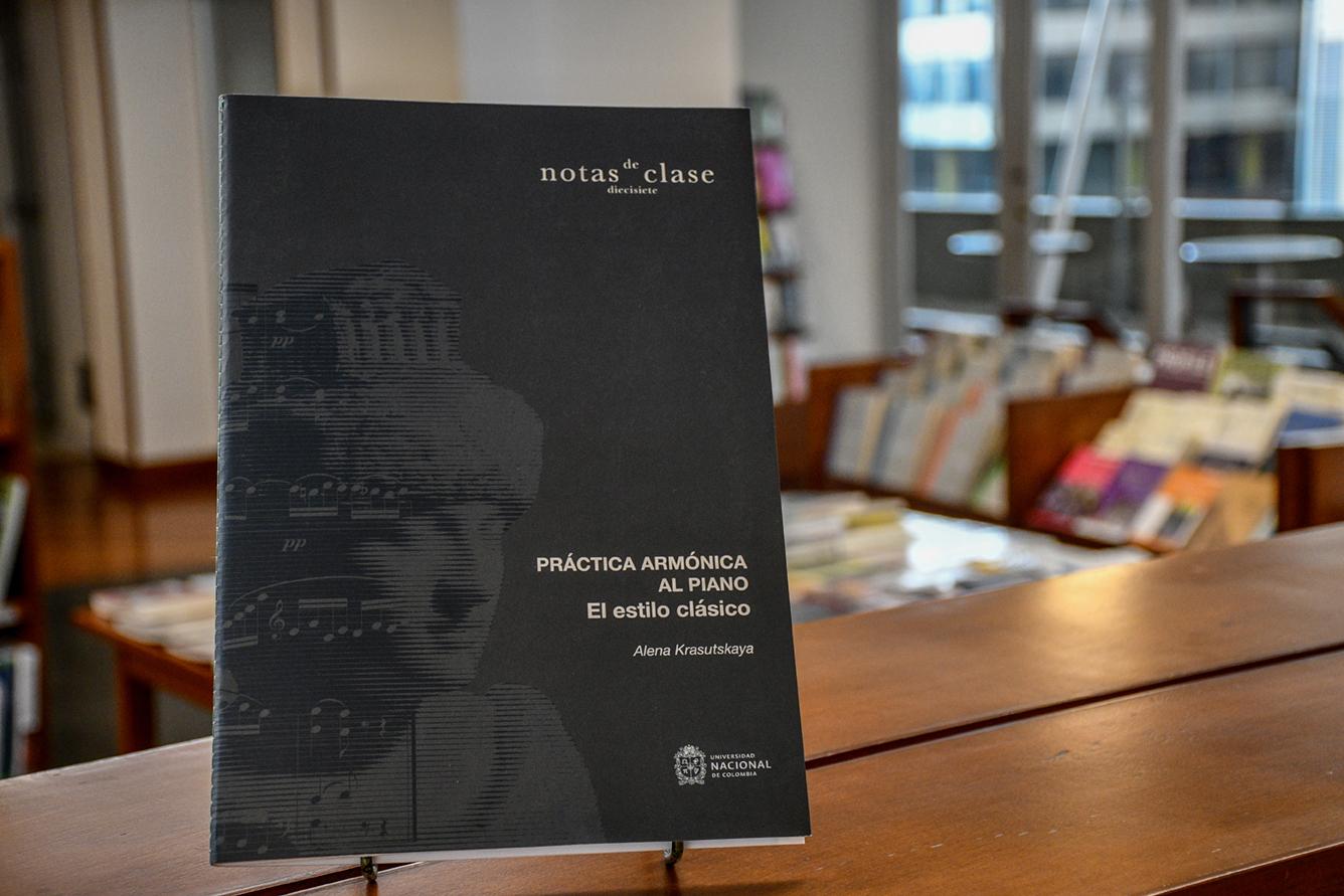 Lanzamiento del libro 'Práctica armónica al piano: El estilo clásico', de la profesora Alena Krasutkaya (Foto: David Sánchez G./Editorial UN)