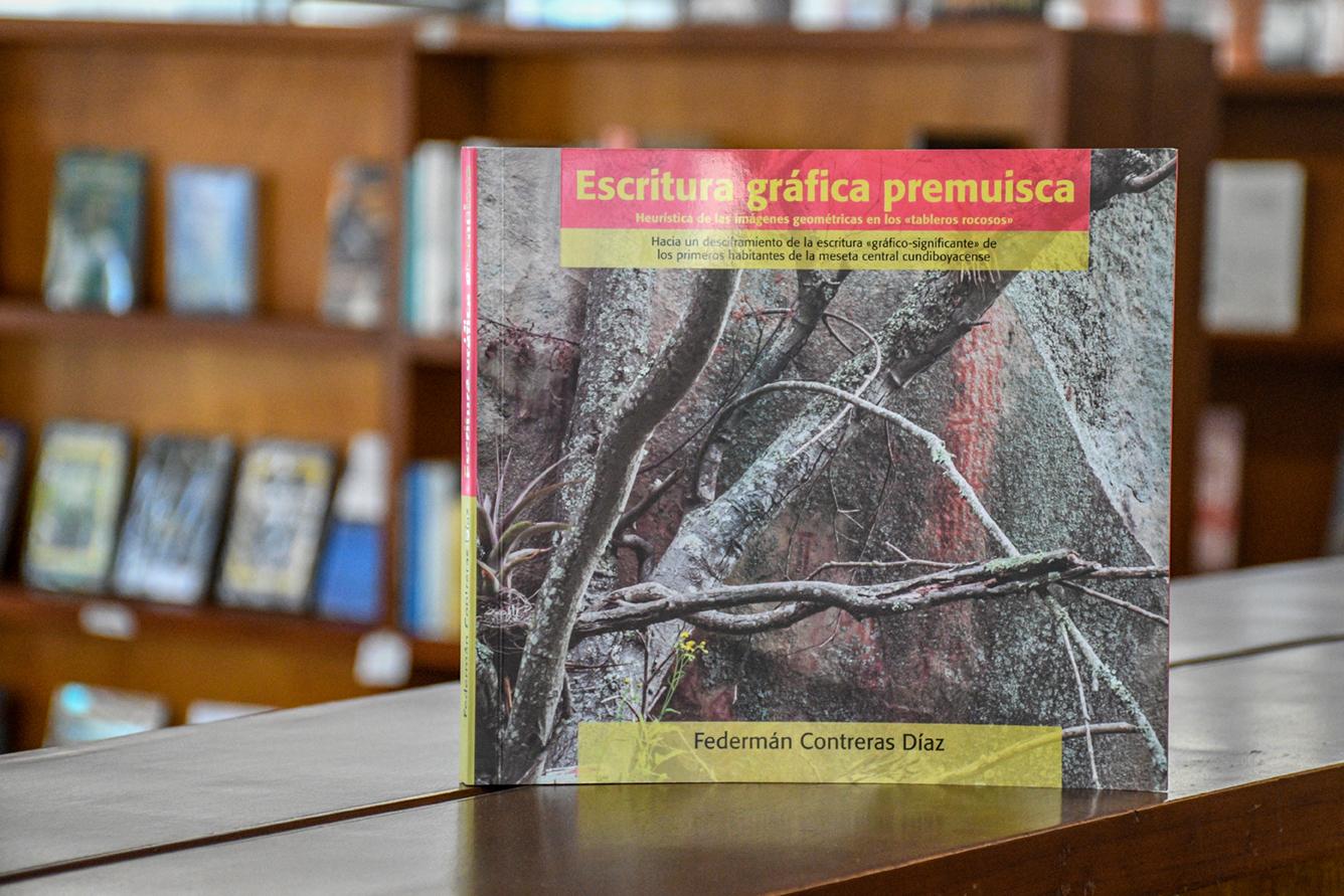 Lanzamiento del libro 'Escritura gráfica premuisca: Heurística de las imágenes geométricas en los «tableros rocosos»', del profesor Federmán Contreras (Foto: David Sánchez G./Editorial UN)