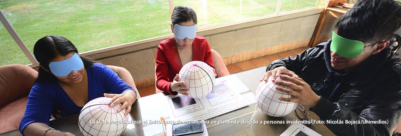 La U.N. Bogotá ofrece el único curso de             astronomía en el mundo dirigido a personas invidentes (Foto:             Nicolás Bojacá/Unimedios)