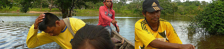 Indígenas en una lancha