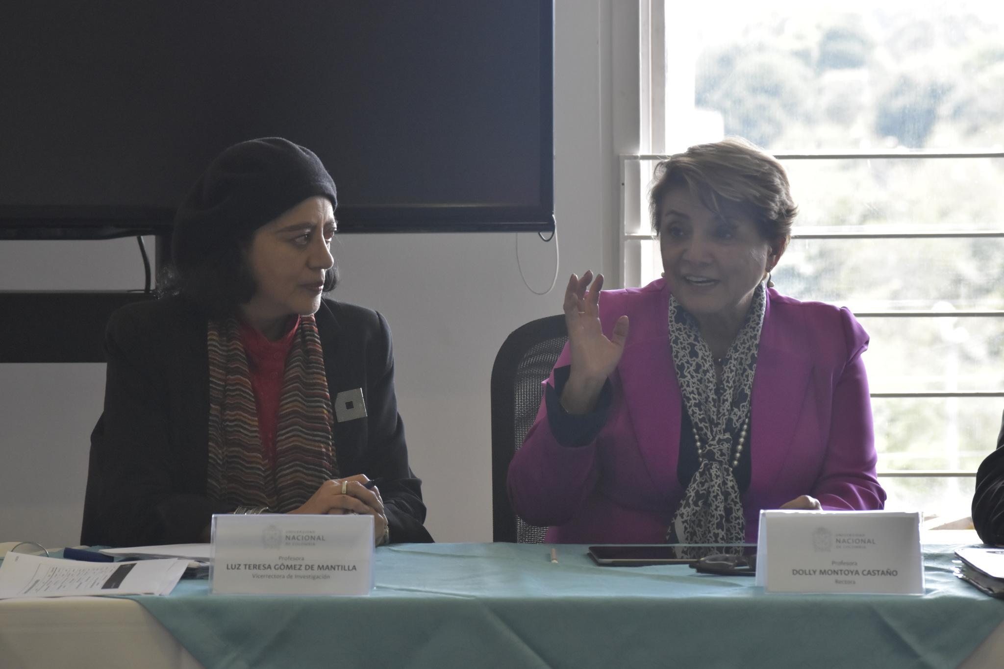 Luz Teresa Gómez de Mantilla, vicerrectora de Investigación (izquierda); Dolly Montoya, rectora de la UNAL (Foto: VRI)