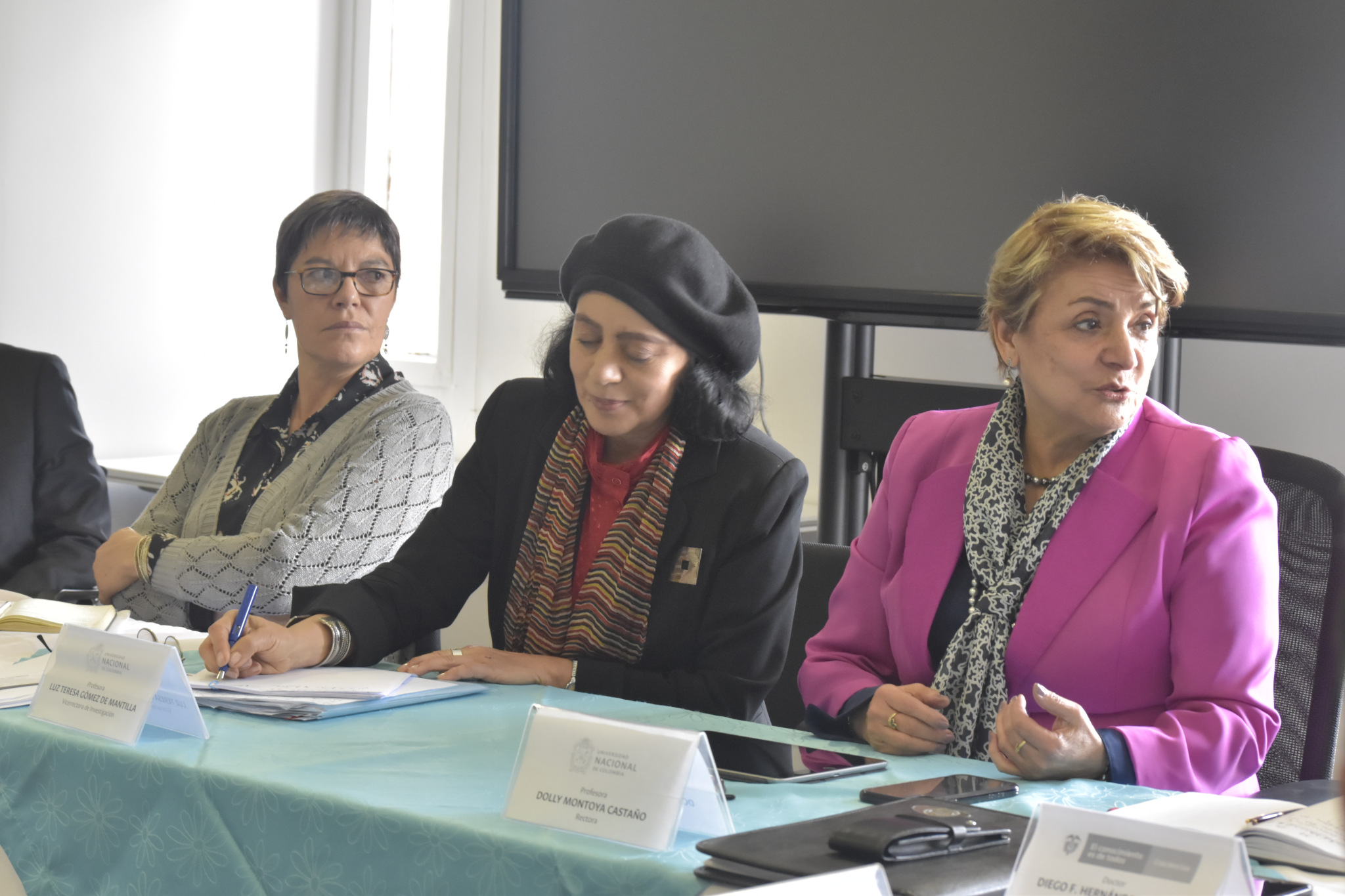 Martha Nubia Bello, directora nacional de Investigación y Laboratorios (izquierda); Luz Teresa Gómez, vicerrectora de Investigación (centro); Dolly Montoya, rectora UNAL (Foto: VRI)