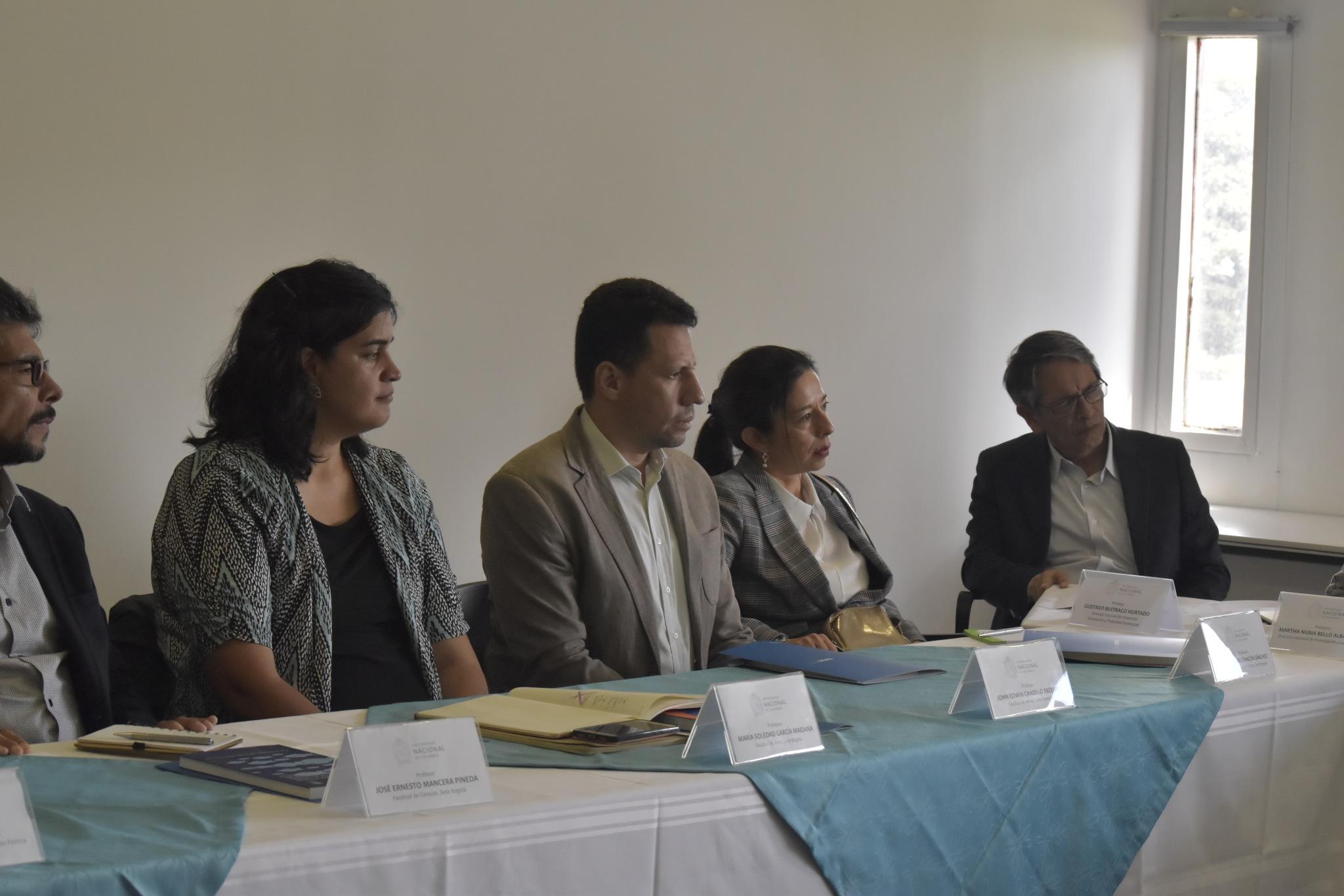 María Soledad García (izquierda), John Edwin Candelo (segundo de izq. a der.), María Isabel Chacón Sánchez (tercero de izq. a der.); Gustavo Buitrago, director nacional de Extensión, Innovación y Propiedad Intelectual de la UNAL (Foto: VRI)