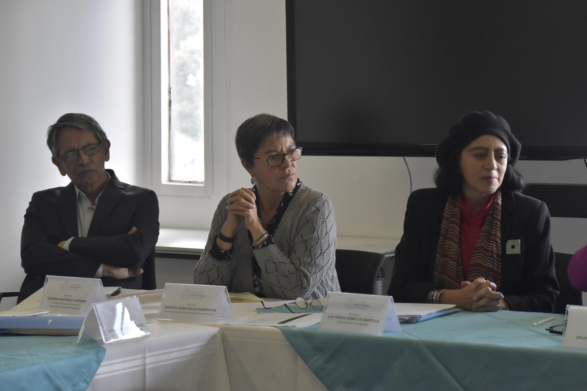 Gustavo Buitrago, director nacional de Extensión, Innovación y Propiedad Intelectual UNAL (izquierda); Martha Nubia Bello, directora nacional de Investigación y Laboratorios (centro); Luz Teresa Gómez de Mantilla, vicerrectora de Investigación (Foto: VRI)