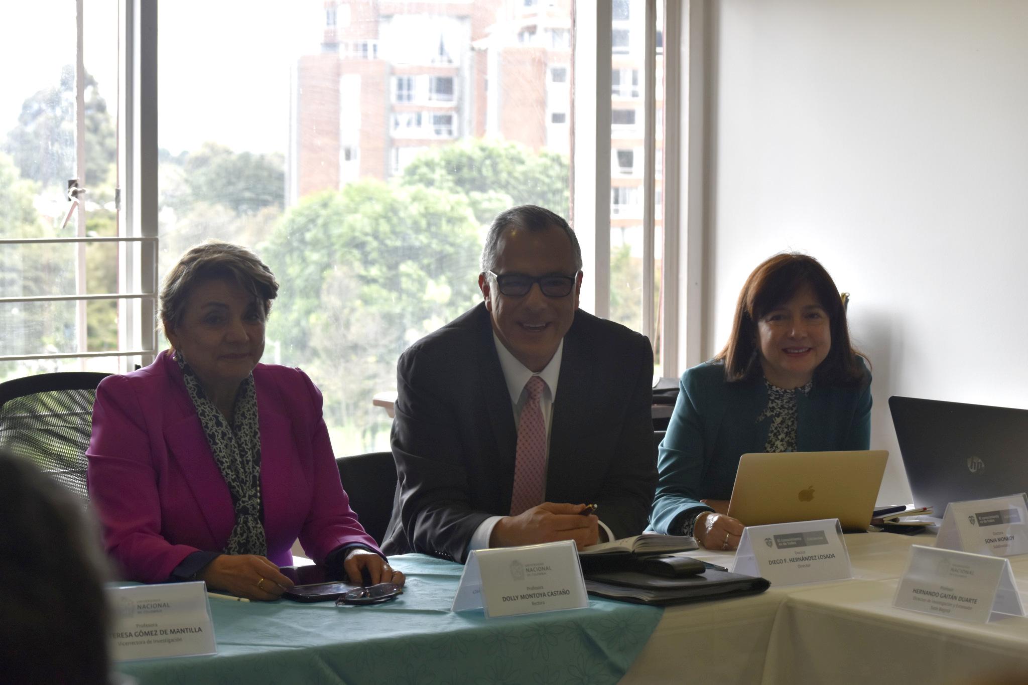 Dolly Montoya, rectora UNAL (izquierda); Diego Hernández, director de Colciencias (centro); Sonia Monroy, subdirectora de Colciencias (Foto: VRI)