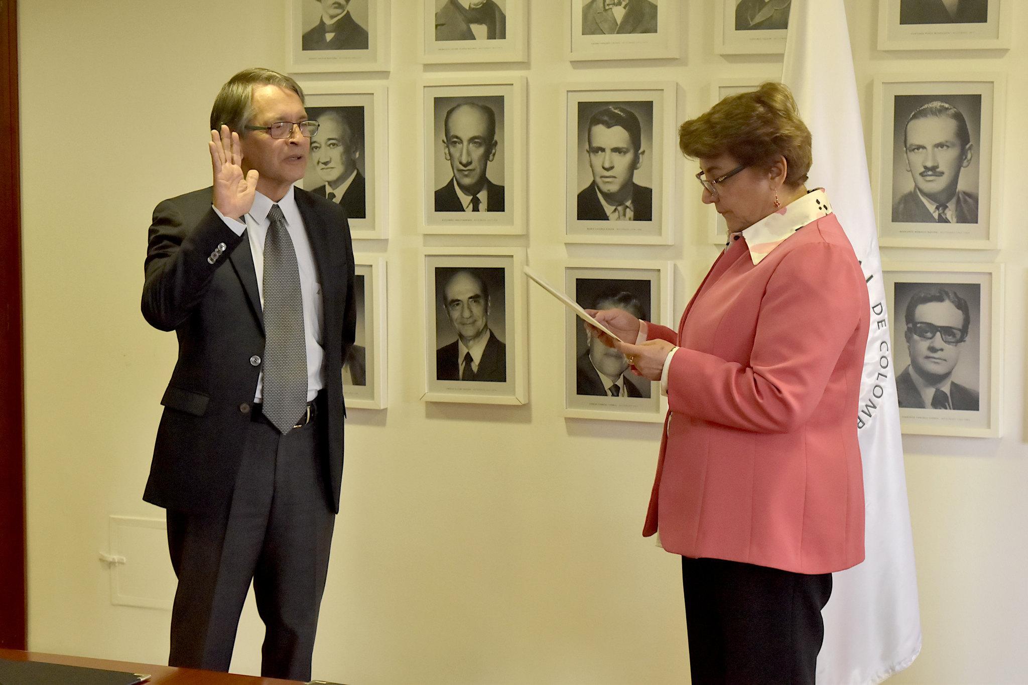 Gustavo Buitrago Hurtado (izquierda) toma juramente ante la rectora Dolly Montoya Castaño (Foto: VRI)