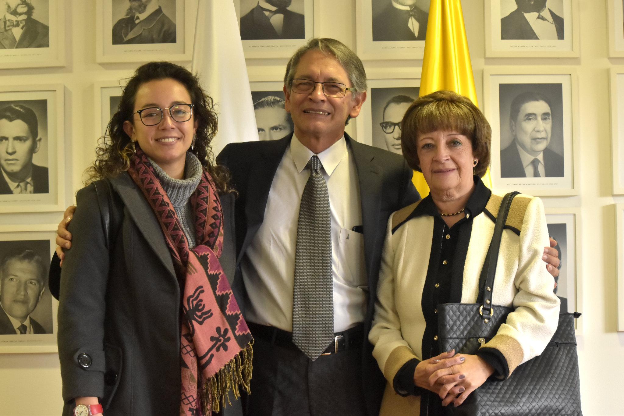 El vicerrector de Investigación Gustavo Buitrago Hurtado (centro), con su hija (izquierda) y su esposa (Foto: VRI)